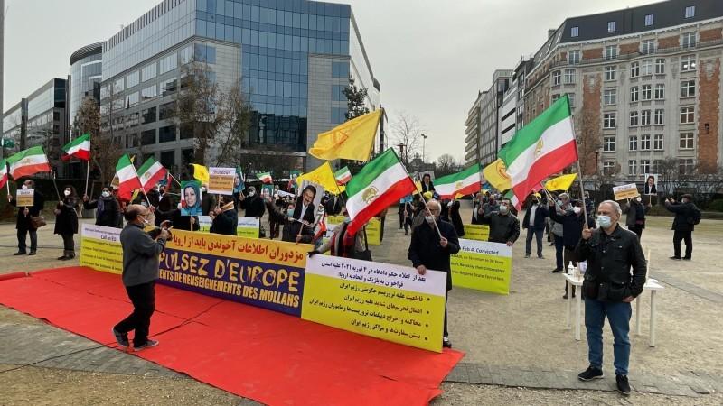 معارضون إيرانيون يطالبون المجتمع الدولي بإغلاق سفارات نظام الملالي بعد تحولها إلى أوكار للتجسس والإرهاب خلال تظاهرة في بلجيكا أمس.