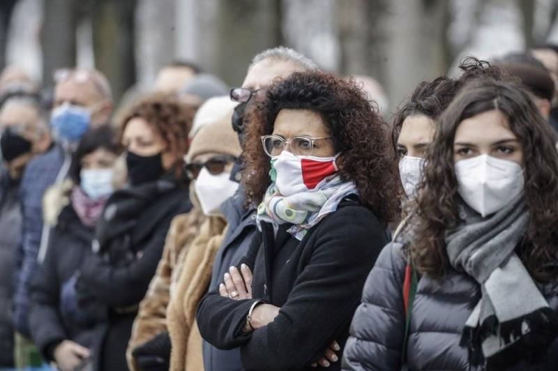 مواطنو قرية إيطالية يحيون ذكرى ضحايا كوفيد-19 بعد مرور عام على الجائحة.