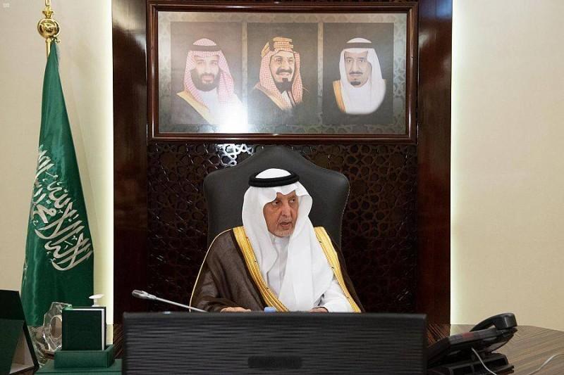 أمير مكة يستعرض مخرجات «كرسي الأمير خالد الفيصل للقدوة الحسنة» خلال الاجتماع.