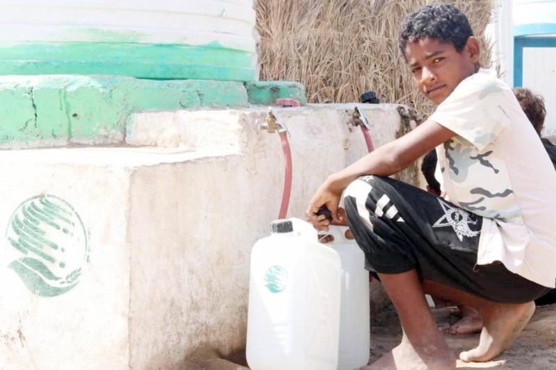 مركز الملك سلمان للإغاثة يواصل تنفيذ مشروع الإمداد المائي والإصحاح البيئي في محافظة الحديدة.