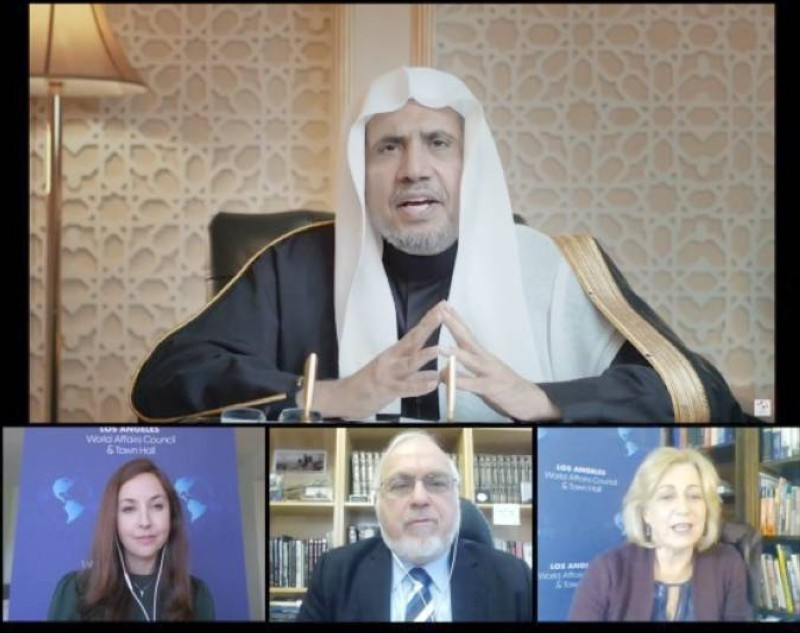 الشيخ محمد العيسى خلال لقائه أعضاء مجلس الشؤون العالمية في لوس أنجليس. (عكاظ)