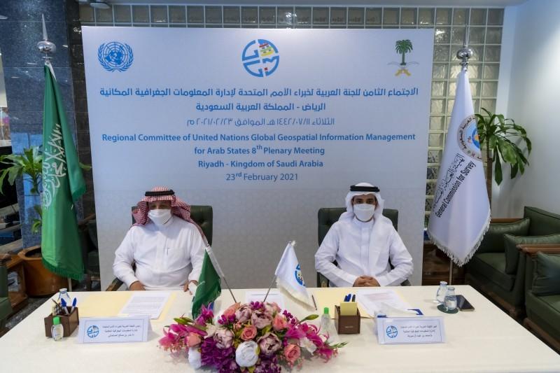 بندر المسلماني ومحمد مبروك أثناء اجتماع خبراء الأمم المتحدة للمعلومات الجغرافية المكانية في الرياض، أمس.
