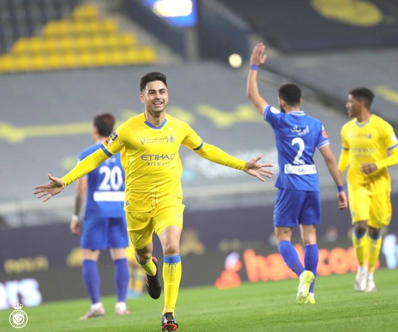 لاعب النصر مارتينيز ينطلق فرحا عقب تسجيله هدف التفوق لفريقه في مرمى الهلال.