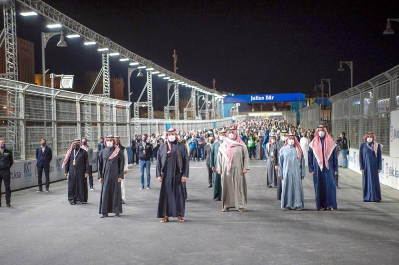 ولي العهد لحظة عزف السلام الملكي وسط حلبة الدرعية.