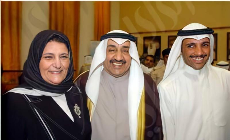 الخرافي مع شقيقها جاسم (وسط) وابنها مرزوق الغانم.