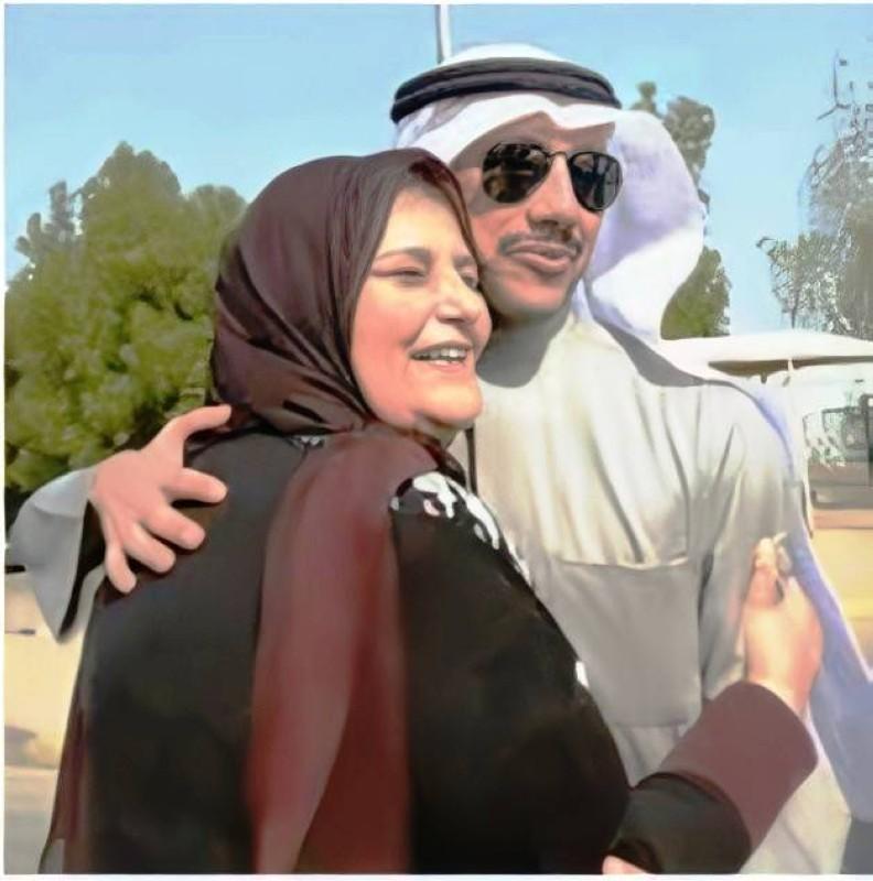 رئيس مجلس الأمة الكويتي مرزوق الغانم يحتضن والدته فائزة الخرافي.