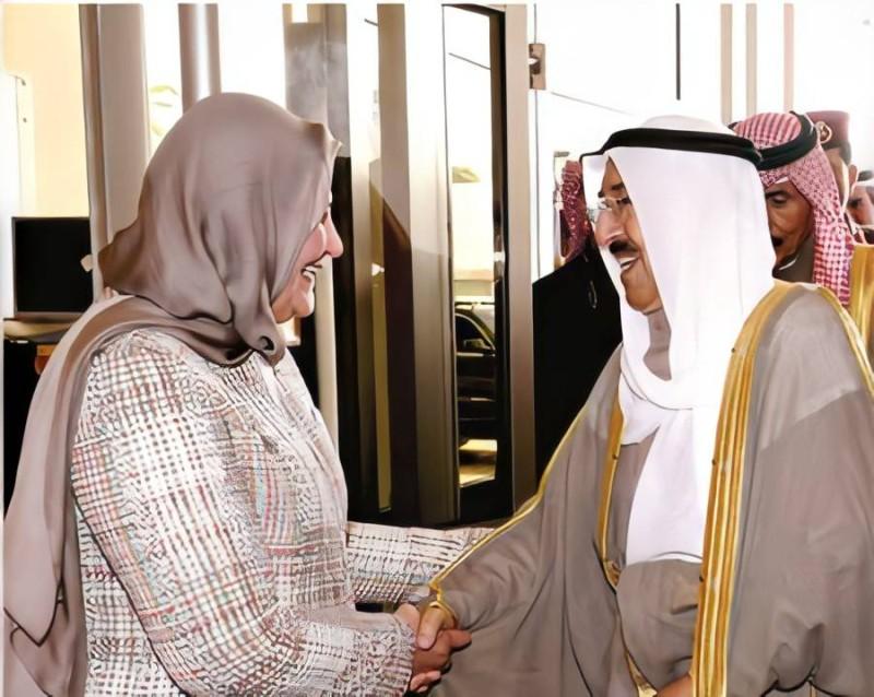خلال تكريمها من الأمير الراحل صباح الأحمد الصباح بجائزة مؤسسة الكويت للتقدم العلمي عام 2018.