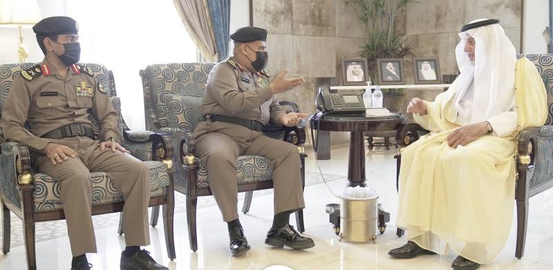 أمير مكة المكرمة خلال استقباله مدير شرطة المنطقة.
