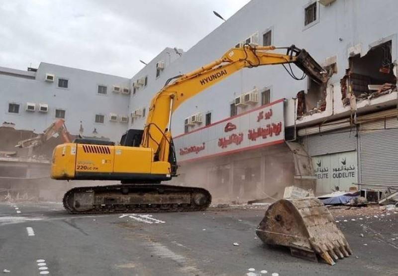 آلية تابعة للبلدية خلال عملية إزالة مبنى.