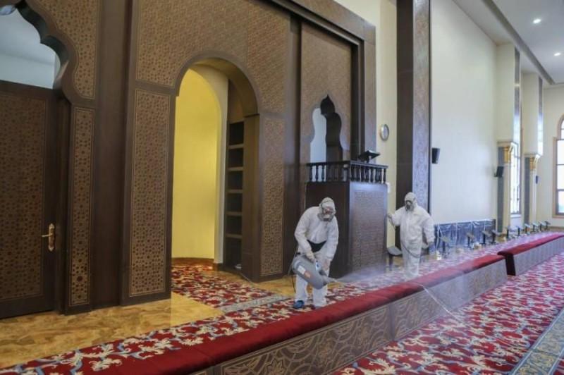 من أعمال تطهير وتعقيم أحد المساجد.