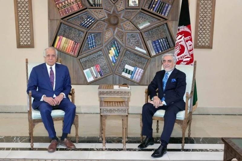خليل زاد خلال لقائه رئيس لجنة المصالحة الأفغانية عبد الله عبد الله في كابل.