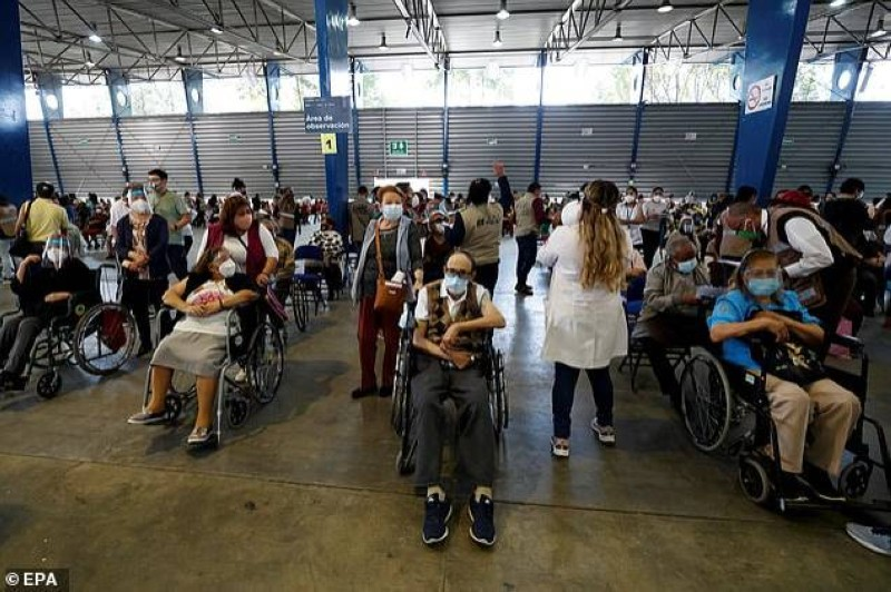 مركز لتطعيم المسنين في العاصمة المكسيكية مكسيكوسيتي.