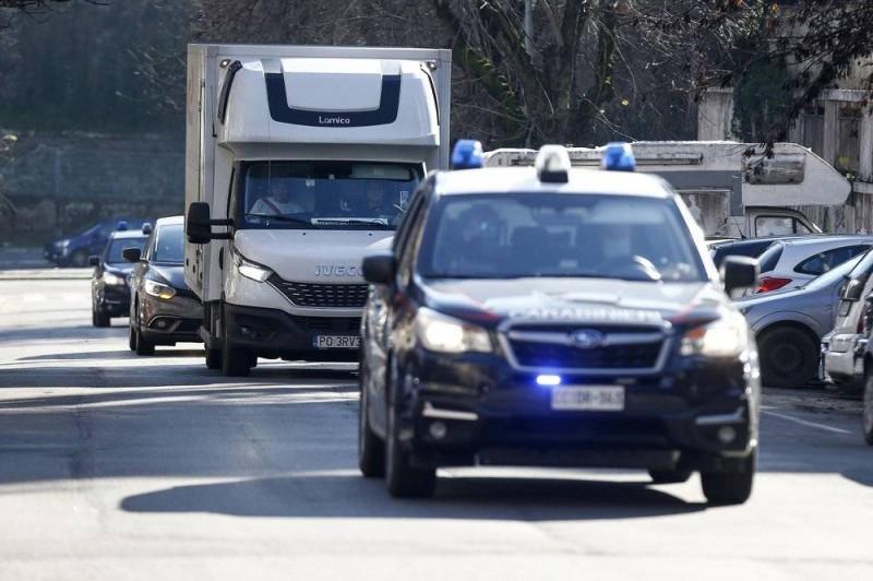 سيارات الشرطة الإيطالية ترافق شاحنة محملة بلقاح موديرنا في روما.