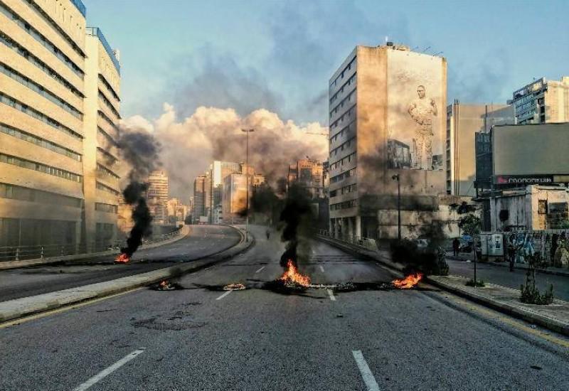 قطع طريق بإطارات مشتعلة وسط بيروت.