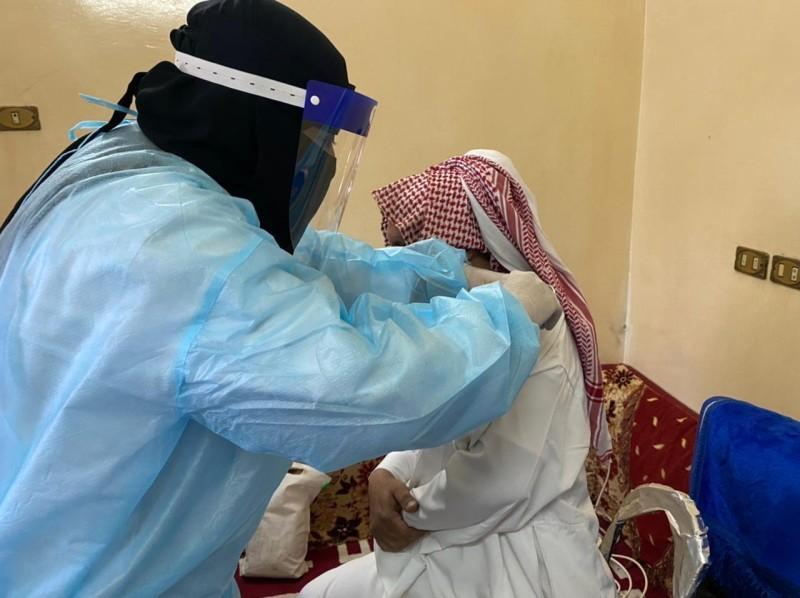 مواطن من كبار السن يتلقى اللقاح أمس.