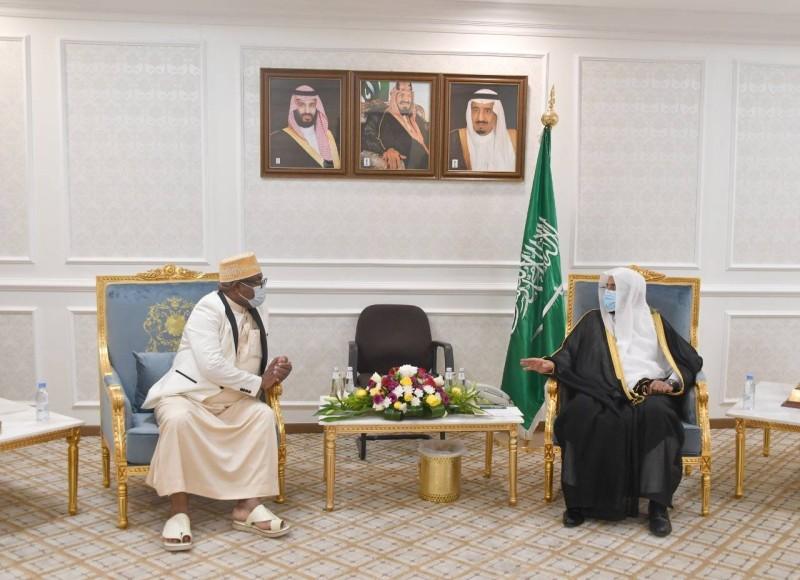 وزير الشؤون الإسلامية ملتقياً وزير العدل والشؤون الإسلامية في جمهورية جزر القمر أخيراً في الرياض.