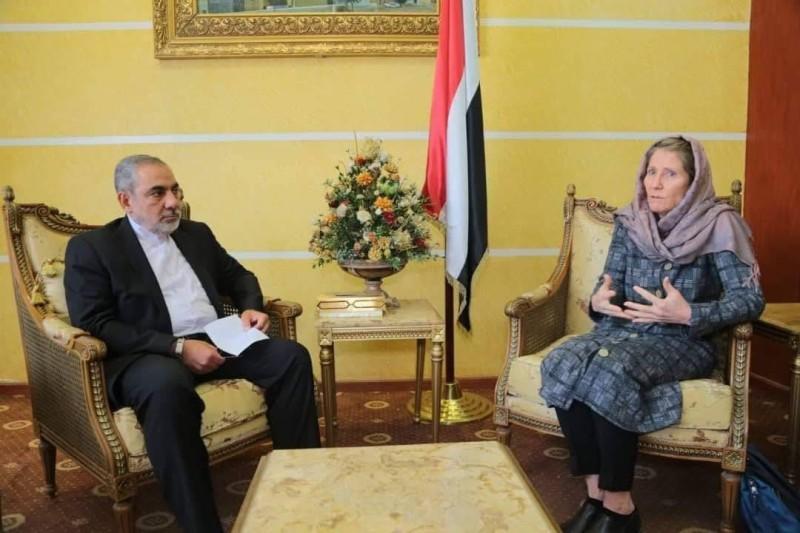 إيرلو مع رئيسة بعثة الصليب الأحمر الدولي في صنعاء أمس.