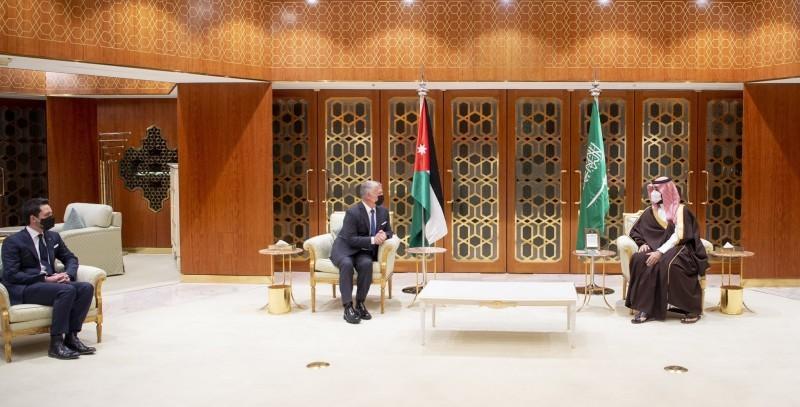 ولي العهد خلال جلسة المباحثات مع ملك الأردن أمس. (واس)