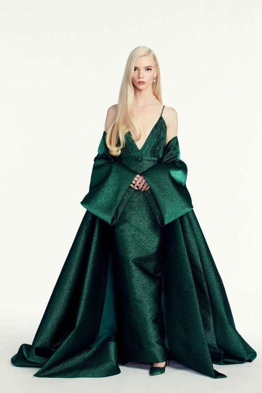تصميم الفستان حمل طابع السبعينات.