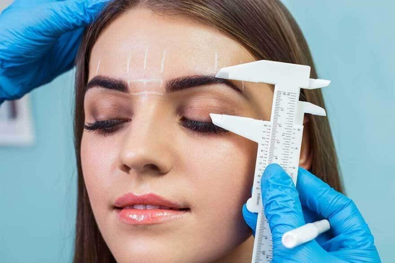 تعمل الجراحة على شد التجاعيد حول منطقة العينين.
