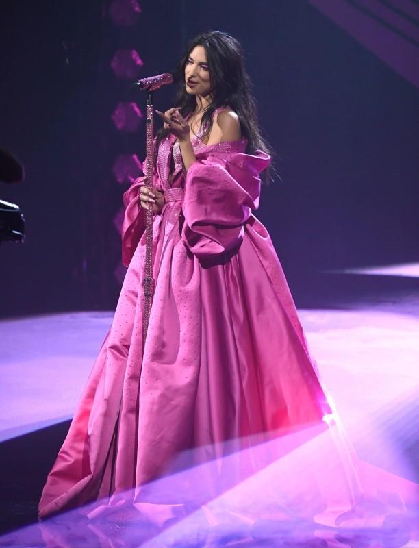 دوا ليبا أطلت بثلاث إطلالات مختلفة باللون الوردي.