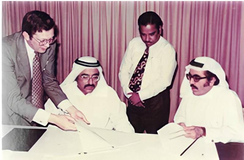 الأخوان عبدالله وعبدالواحد حسن الرستماني في السبعينات يراجعان مشاريعهما التجارية.