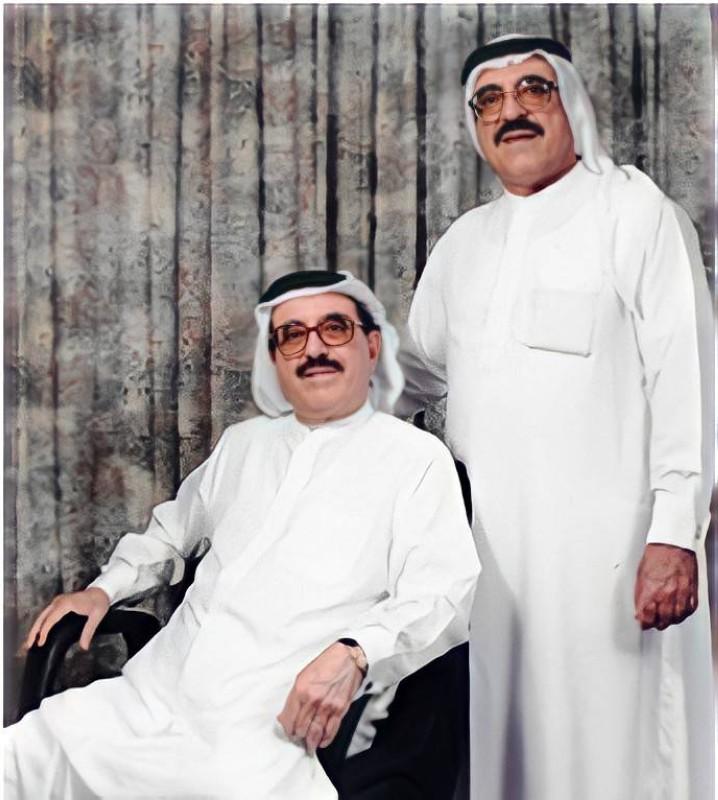 الأخوان الرستماني: عبدالواحد (واقفاً)، وعبدالله (جالساً) في صورة تذكارية.