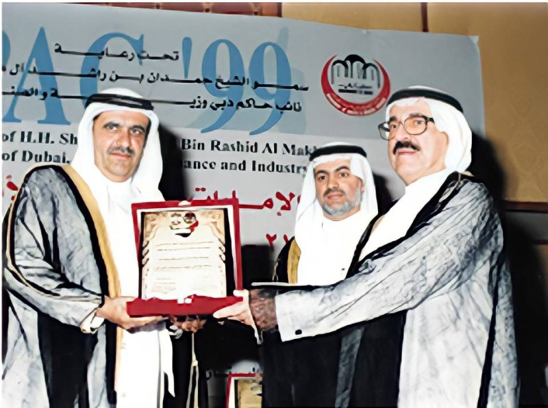 عبدالواحد الرستماني يتسلم إحدى الجوائز التي فازت بها مجموعته من الشيخ حمدان بن راشد آل مكتوم.
