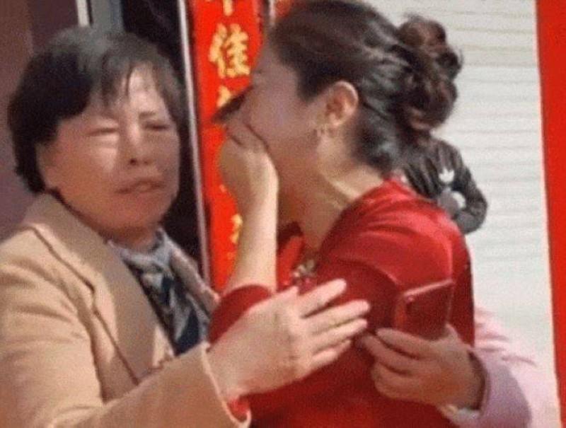 الأم وابنتها العروس.