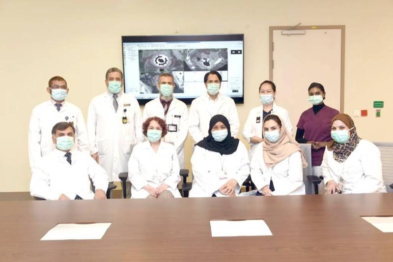 الفريق الطبي بالمستشفى التخصصي ومركز الأبحاث بالرياض.