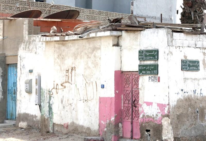 المنازل الشعبية سمة بارزة في الحي.