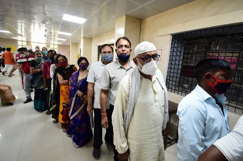 طابور التطعيم بمدينة أحمدأباد في الهند.