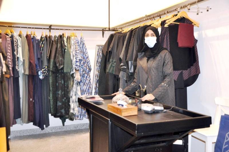يحتوي السوق على أكثر من 112 متجراً متنوعاً.