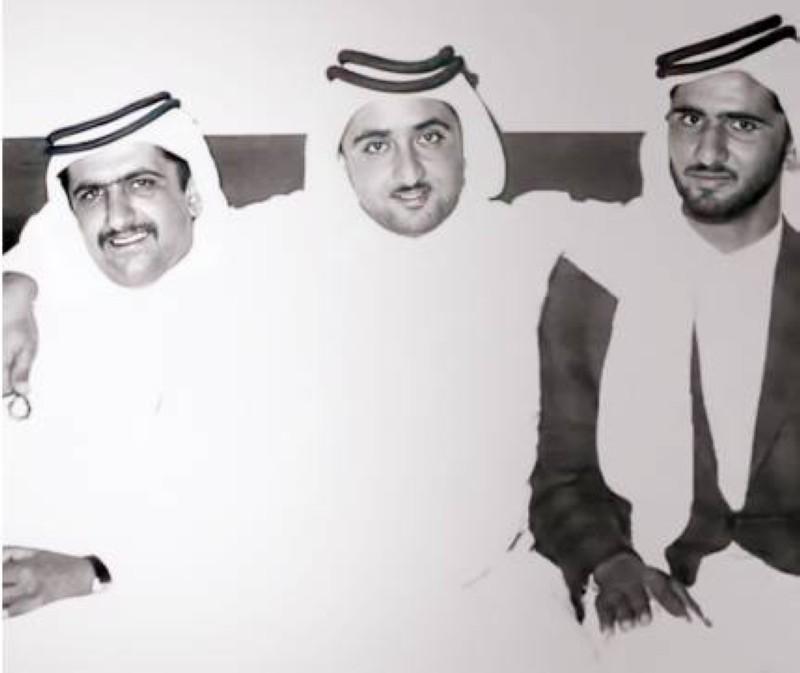 الشيخ مكتوم بن راشد آل مكتوم يتوسط شقيقيه الشيخ محمد والشيخ حمدان.