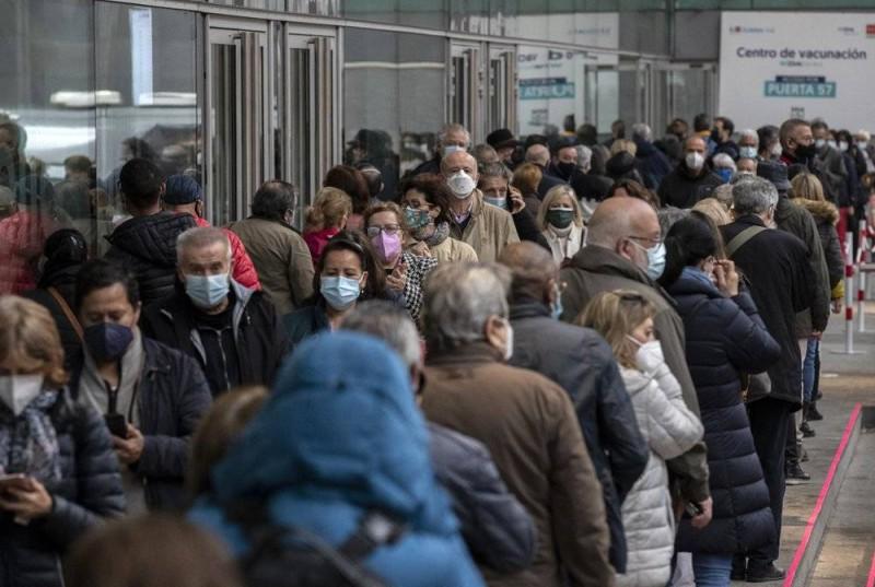 مواطنون إسبان يصطفون في مدريد للحصول على إبرة أسترازينيكا أمس الأول.