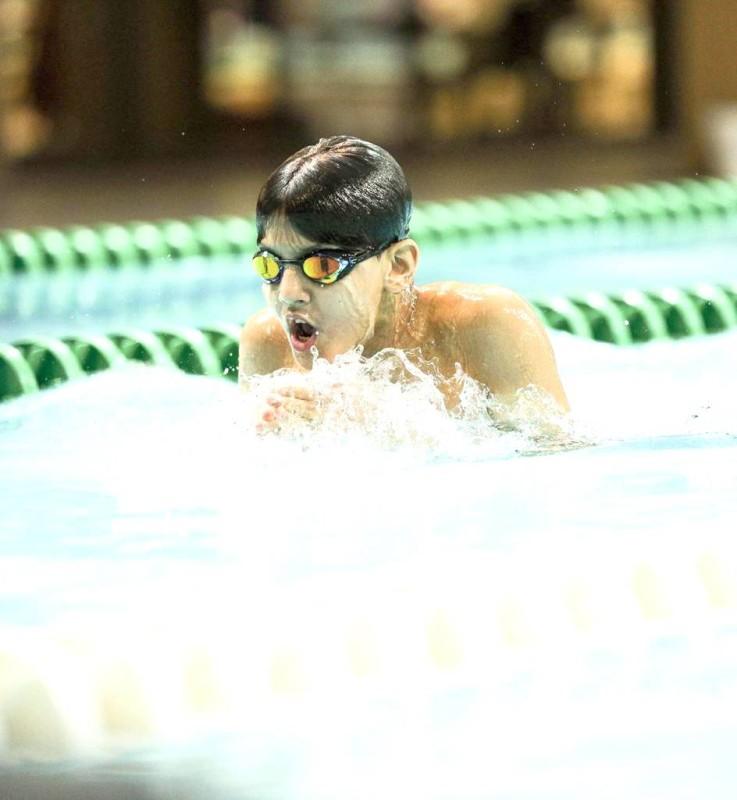 أحد أبطال السباحة في سباق الصدر.