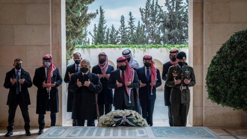العاهل الأردني برفقة الأمير الحسن بن طلال والأمير حمزة وعدد من الأمراء.