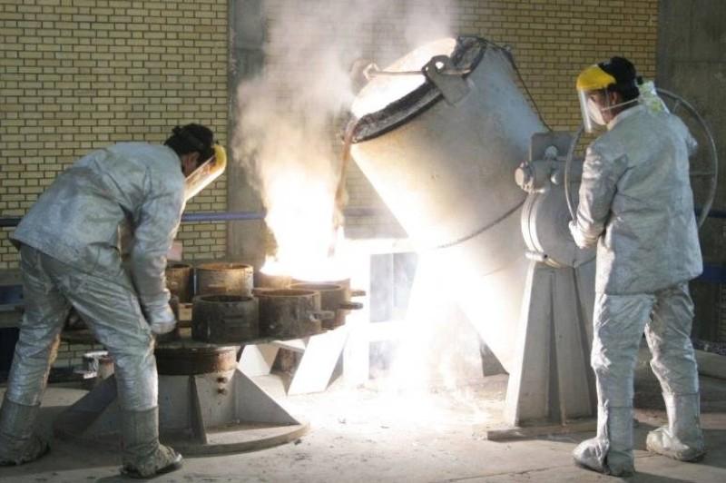 تقنيون إيرانيون يعملون على تخصيب اليورانيوم في نطنز.