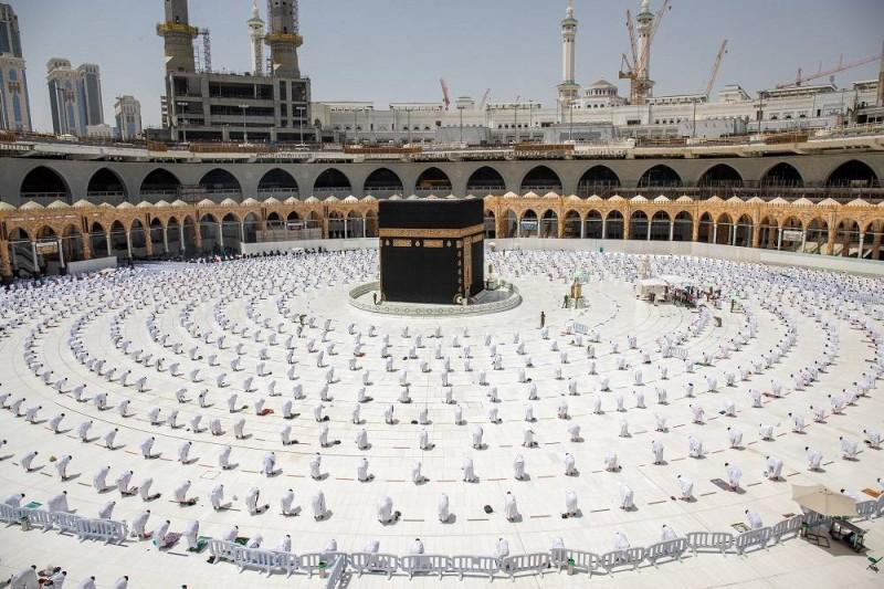 معتمرون يؤدون الصلاة في الحرم المكي