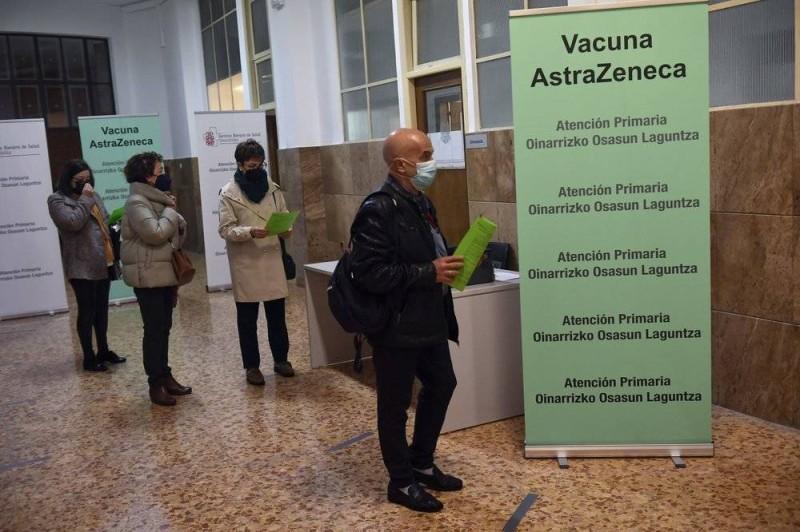 طابور انتظار التطعيم في بامبلونا شمال إسبانيا أمس.