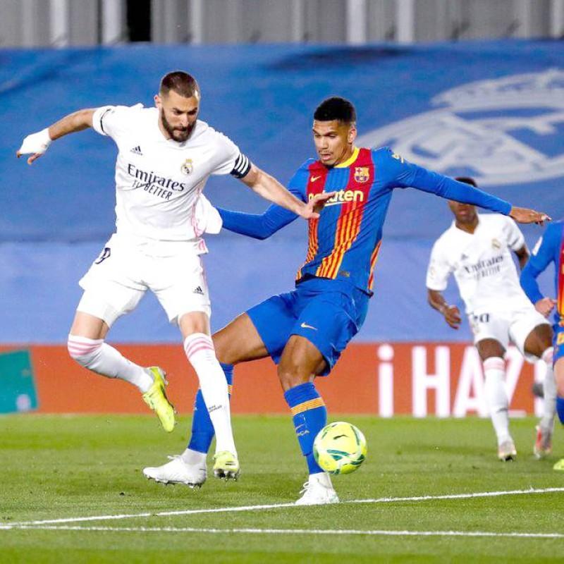 الكرة في طريقها لمرمى برشلونة بعد أن حولها بنزيما بكعب رجله هدفاً أنيقاً.
