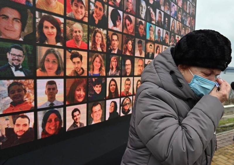 سيدة تبكي أحد أقاربها من ضحايا الطائرة الأوكرانية.