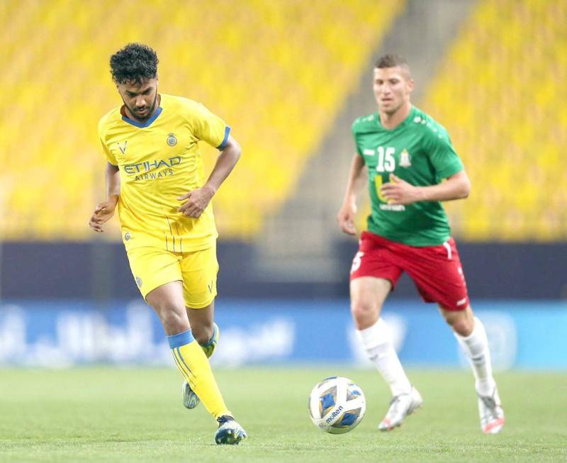 لاعب النصر خالد الغنام في قيادة هجمة على مرمى الوحدات. (تصوير: علي الغامدي)