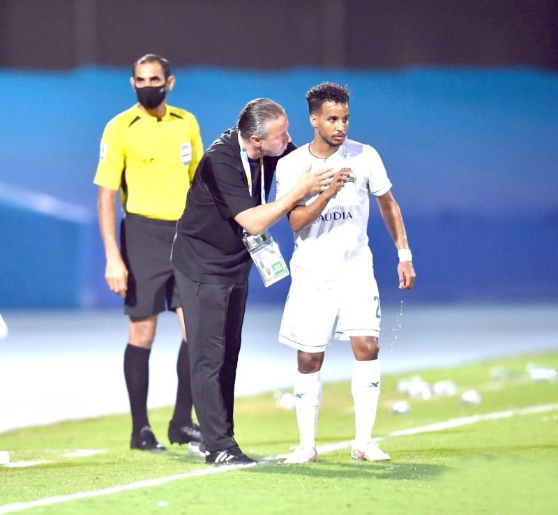 مدرب الأهلي يوجه اللاعب عبدالرحمن غريب في المباراة الافتتاحية.
