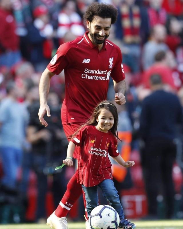 محمد صلاح مع ابنته مكة قبل إحدى المباريات.
