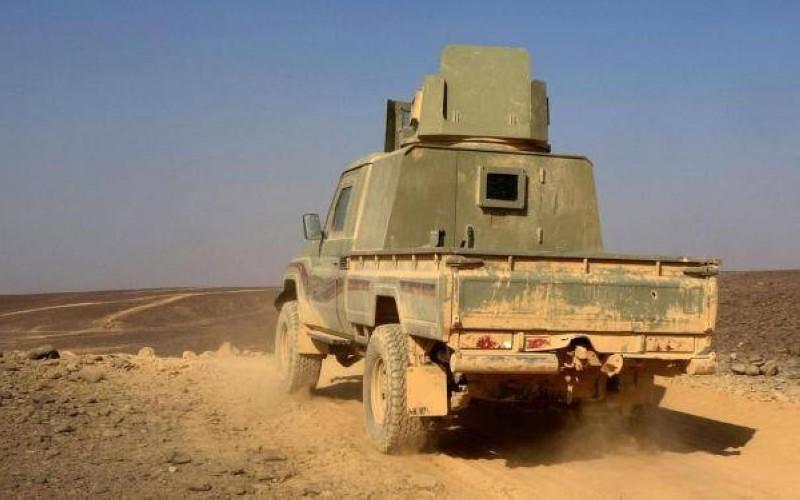 آلية يمنية أثناء المواجهات مع المليشيا الحوثية في مأرب أمس.