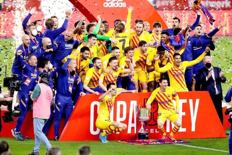 فرحة لاعبي برشلونة بالكأس.
