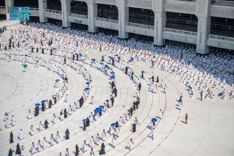 إدارة الحشود بشؤون الحرمين تضع خطة لتفويج المعتمرين بالمسجد الحرام أثناء هطول الأمطار.