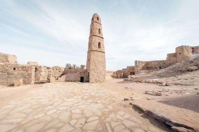 صمم المسجد على نسق المسجد النبوي في المدينة المنورة.