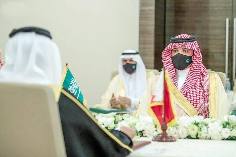 الأمير عبدالعزيز بن سعود ووزير الداخلية البحريني يرأسان الاجتماع.
